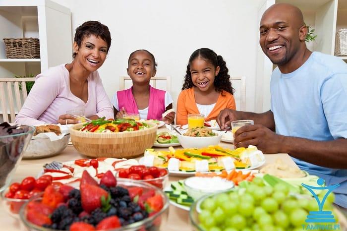 خانواده خوشحال غذا خوردن tamrino.ir